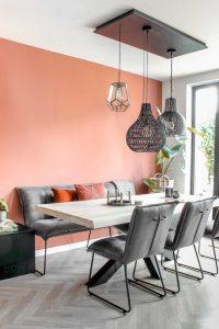 Woonkamer met tafel en stoelen