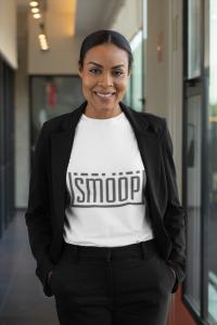 vrouw met t shirt logo smoop